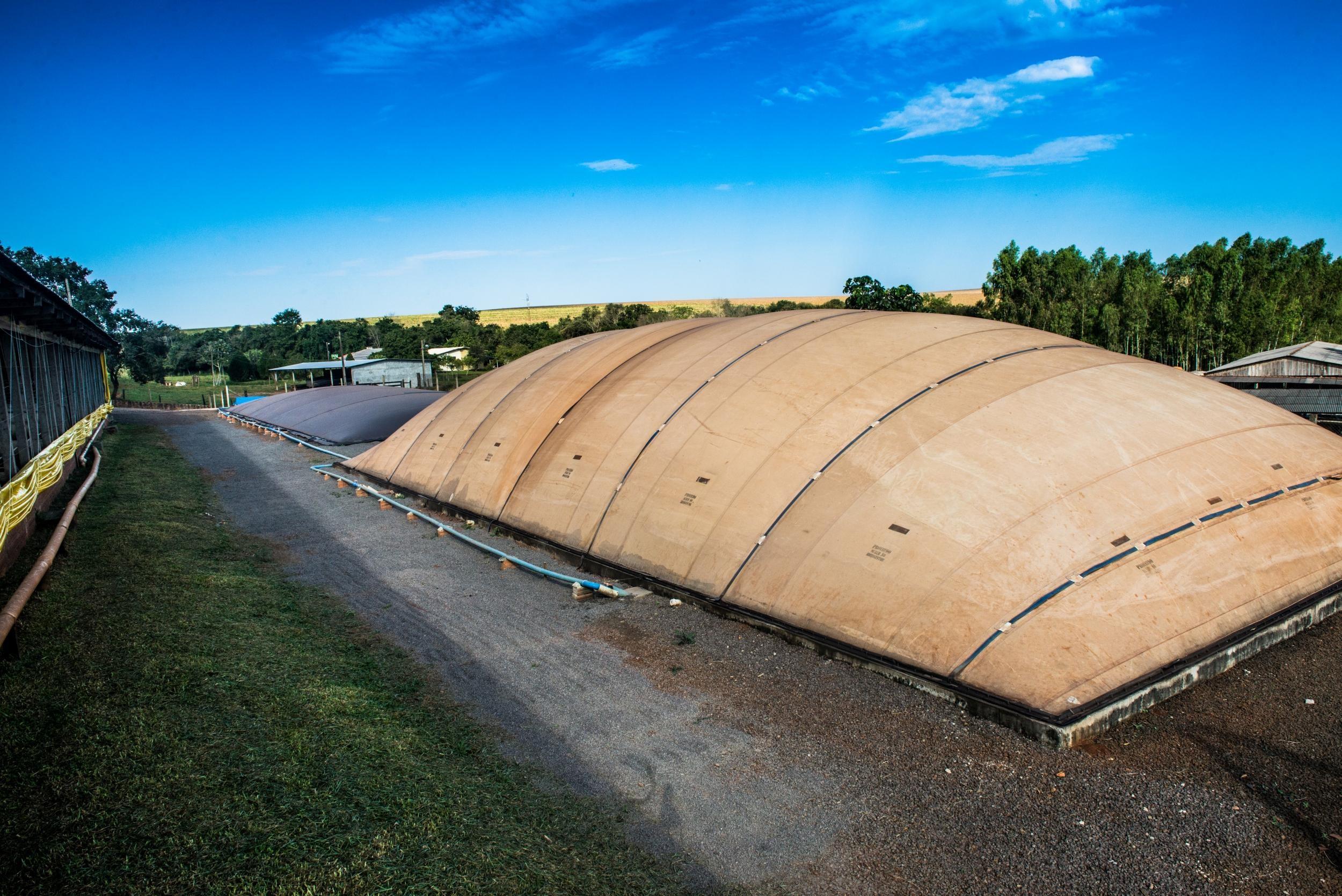Biodigestor em propriedade rural que produz biogas e usa para geracao de energia eletrica